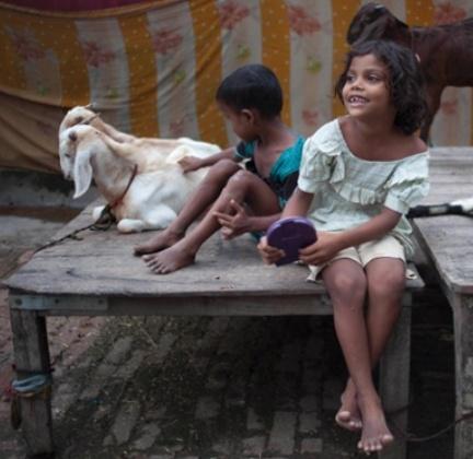 Bambini indiani lungo le rive del fiume Gange