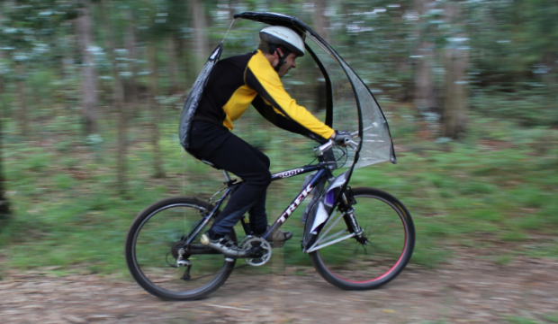L'ombrello da bicicletta per pedalare quando piove-