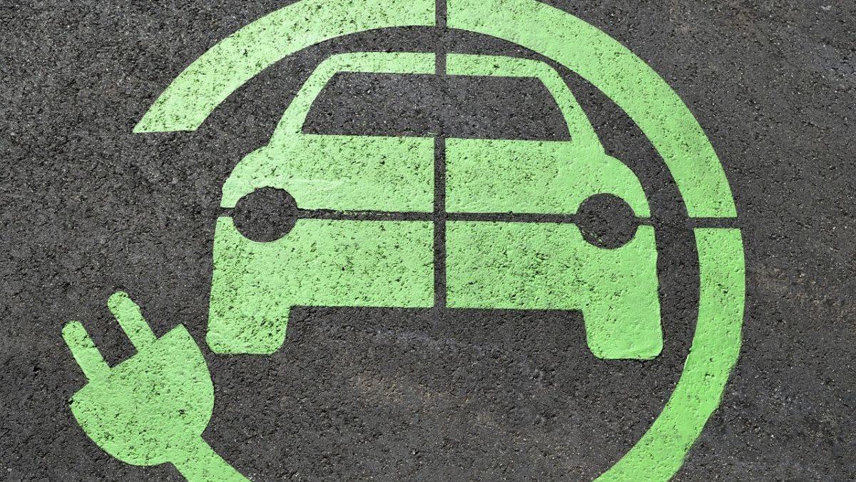 Auto elettriche: nel 2027 costeranno meno di quelle a petrolio